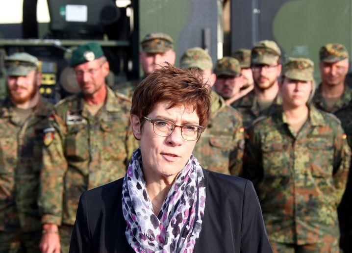 Verteidigungsministerin Annegret Kramp-Karrenbauer bei Bundeswehrsoldaten in Erfurt