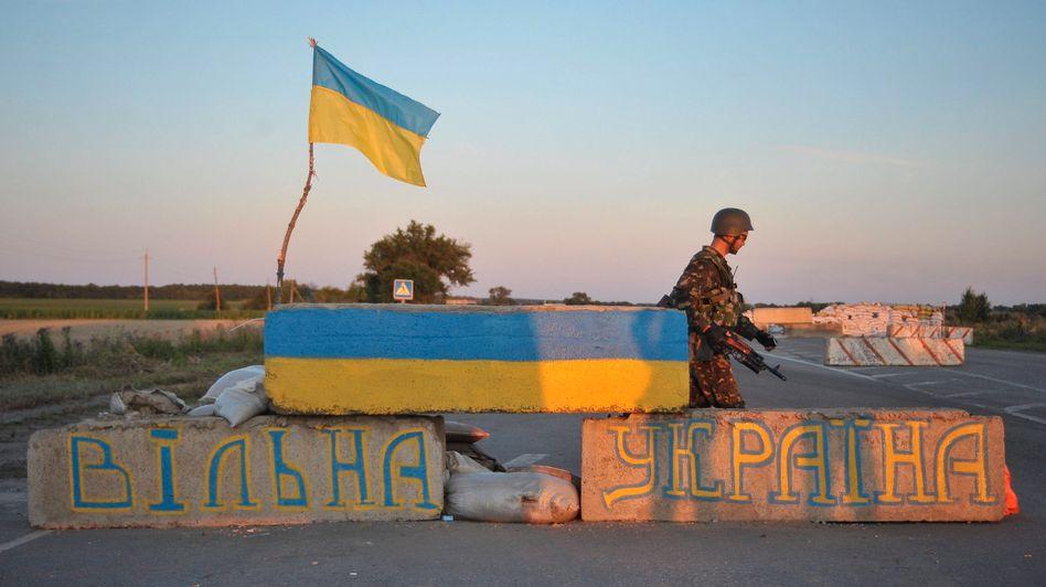Checkpoint nahe Luhansk: Die Krisendiplomatie soll einen Ausweg aus der Krise bringen