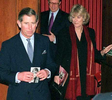 """Januar 2000: Charles und Camilla verlassen das Queen's Theatre, wo sie sich das Stück """"The lady in the van"""" anschauten"""