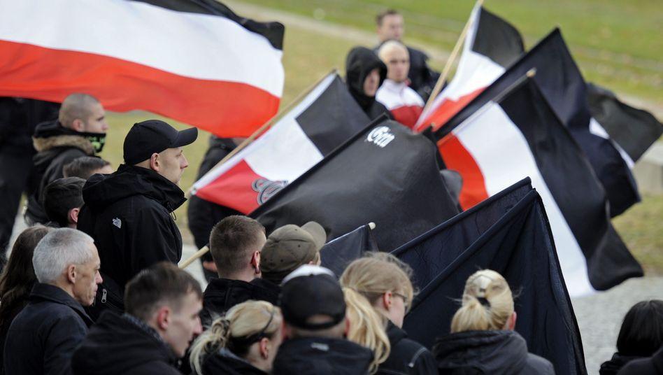 Rechtsextremisten mit Reichsflaggen in Gera: Debatte über Umgang mit V-Leuten