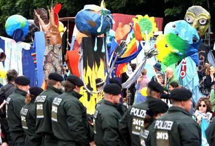 Polizisten ohne Helm: Friedliche Atmosphäre am Sonntag