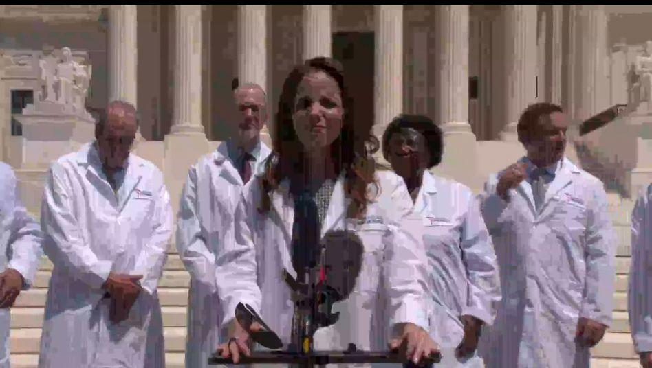"""Szene aus dem Video der """"America's Frontline Doctors"""", das von Facebook, YouTube und Twitter gelöscht wurde"""