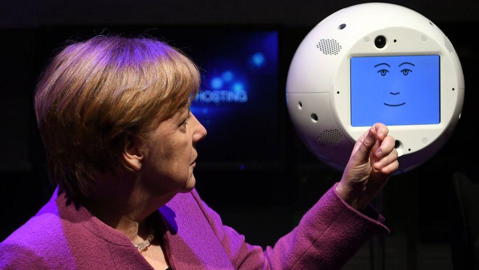 Bundeskanzlerin Angela Merkel mit Roboter