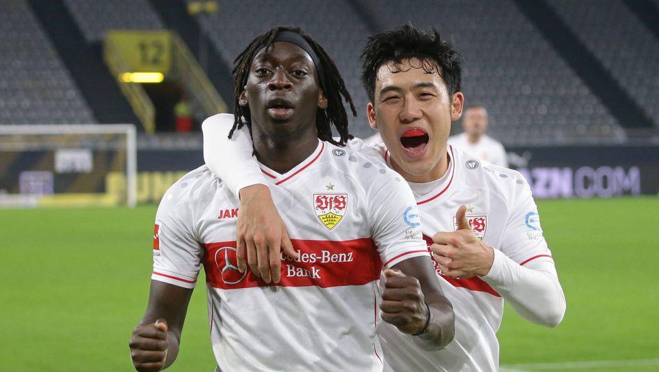 Tanguy Coulibaly und Wataru Endo vom VfB Stuttgart jubeln beim Sieg gegen den BVB