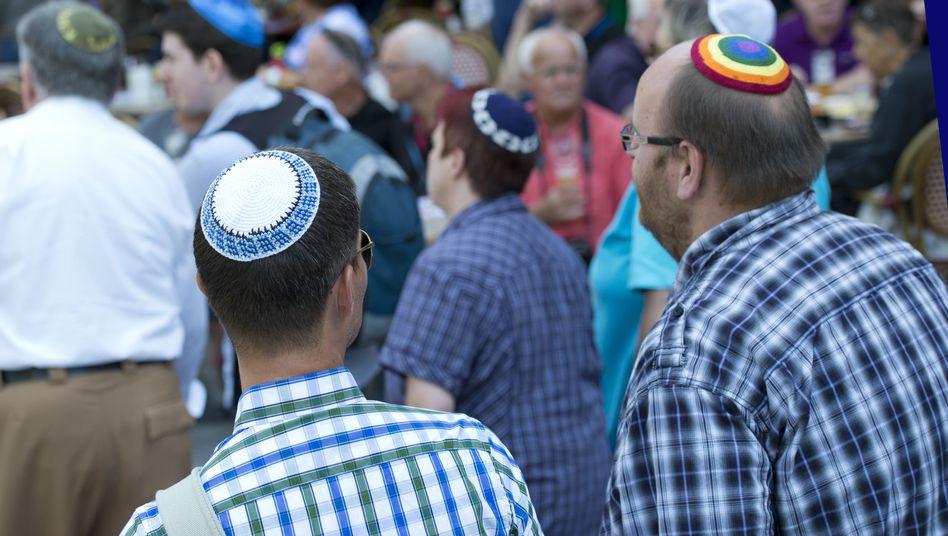 Teilnehmer des Flashmobs tragen in Berlin eine Kippa