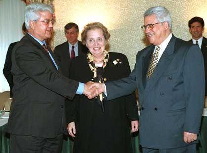 Auf internationalem Parkett zuhause: Mit den Außenministern David Levy und Madeleine Albright (1997)