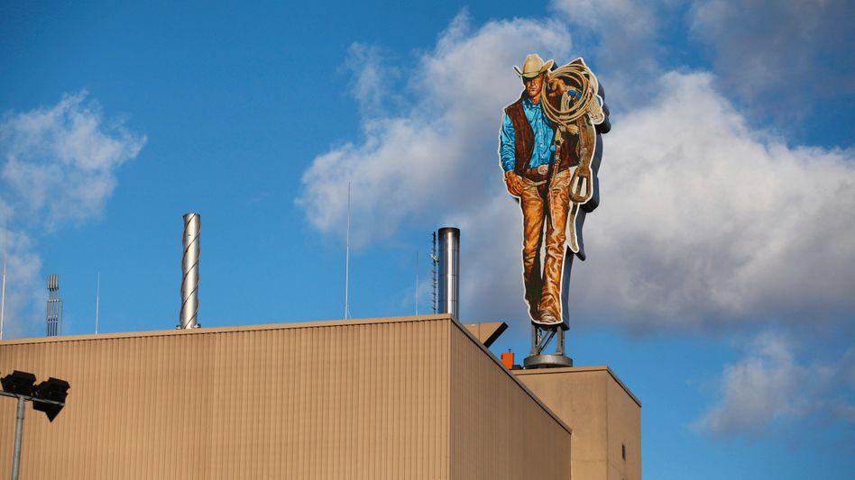 Der Marlboro-Mann auf dem Dach einer Fabrik von Philip Morris in Berlin