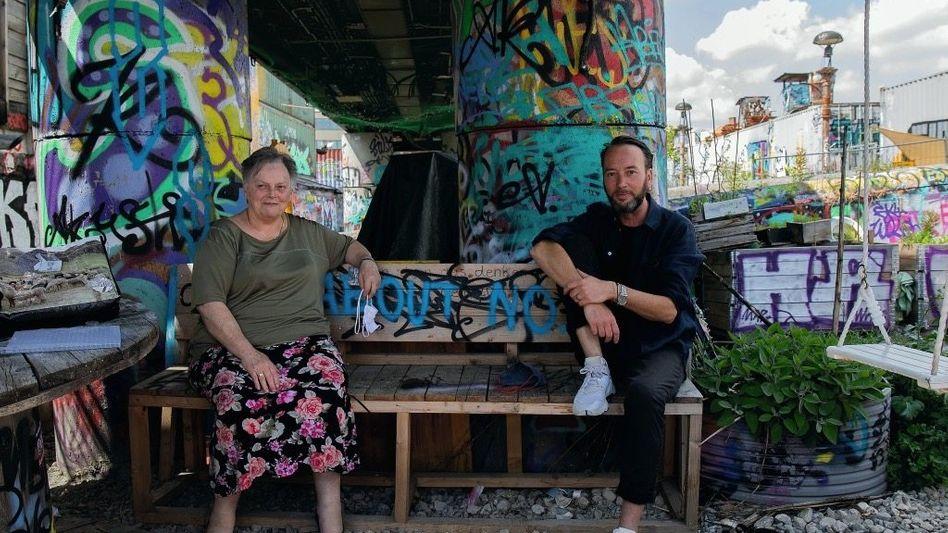 Beetnachbarn Werbefachmann Symanek und Rentnerin Bergmayr genießen ihre Grünflecken im Münchner Kulturpark Bahnwärter Thiel.