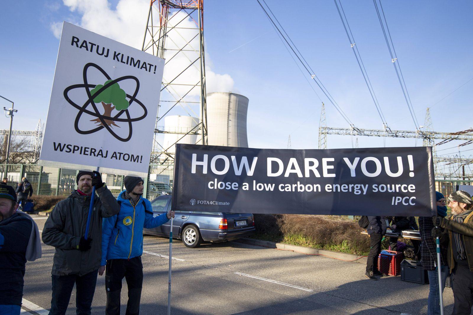News Bilder des Tages Pro-Atom Klimaschutz -Demo am AKW Philippsburg Am 31.12.2019 will die EnBW den Block 2 des Atomkra