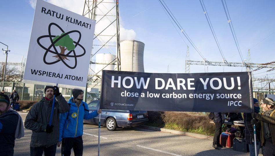 """Pro-Atom-Demo in Philippsburg: """"Wie könnt ihr es wagen! - ein CO2-freundliches Kraftwerk abzuschalten"""" (Archivbild)"""