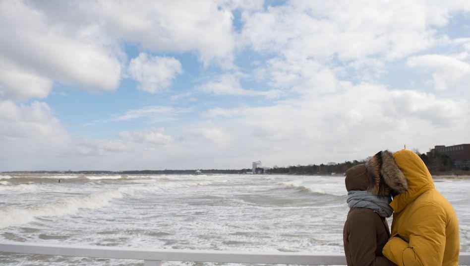 Ein Pärchen am Timmendorfer Strand im März 2018
