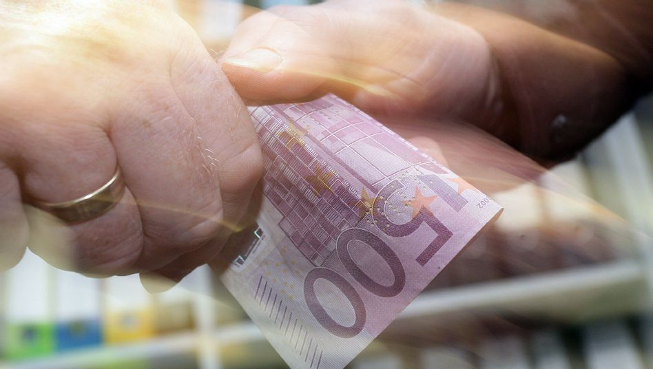 Schmiergeldzahlung (Symbolfoto): Umfrage zum Welttag der Korruption