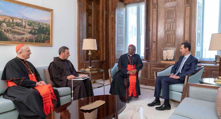 Die Delegation des Vatikans mit Syriens Machthaber Baschar al-Assad in Damaskus