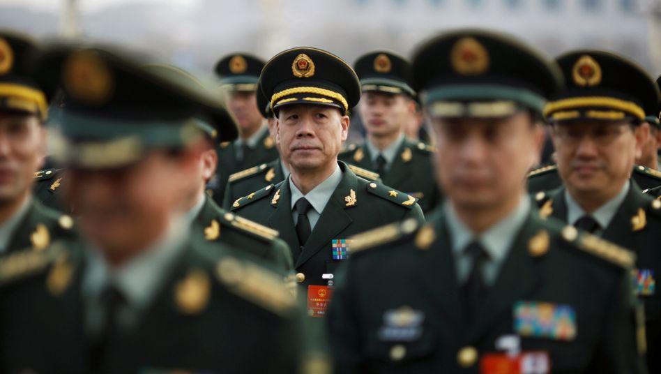 Militär vor der Großen Halle des Volkes in Peking