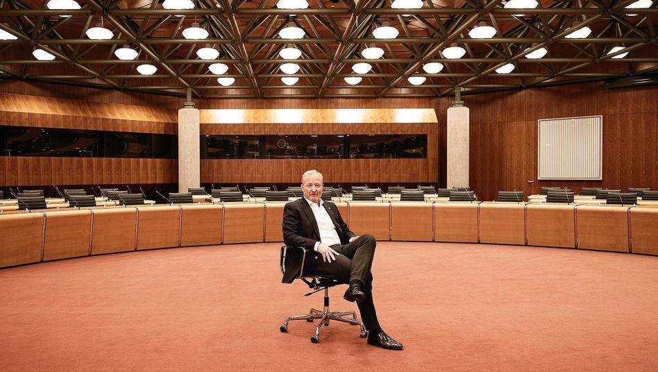 "Präsident Campinos im Sitzungssaal des EPA: ""Wir erteilen Patente nur an Menschen, nicht an Maschinen"""