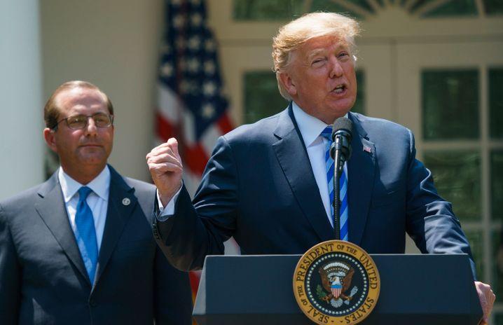 Donald Trump (l.) mit dem damaligen Gesundheitsminister Alex Azar (r.)