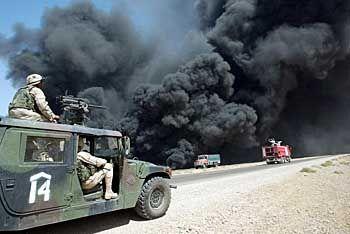 Brennende Ölpipeline im Irak: Durch Krieg und Sanktionen völlig zerstört