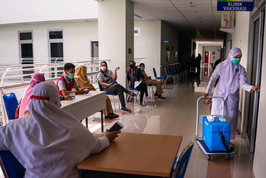 Dokter di RSUD Solomon Yogyakarta menunggu vaksinasi mereka