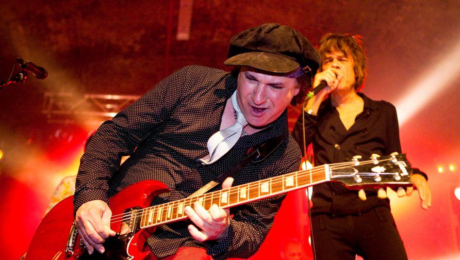Sylvain Sylvain mit Sänger David Johansen bei einem Konzert der New York Dolls 2011 in London