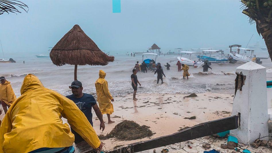 Fischer kämpfen im Bundesstaat Quintana Roo um ihre Boote (Foto vom Samstag)