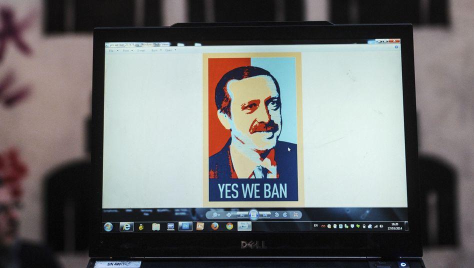 """Satirische Reaktion auf Internetsperren in der Türkei: """"Yes we ban""""-Karikatur auf einem Laptop"""