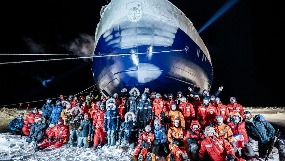 """Die derzeitige Mannschaft der """"Mosaic""""-Expedition: Der geplante Austausch der Forschenden verzögert sich"""
