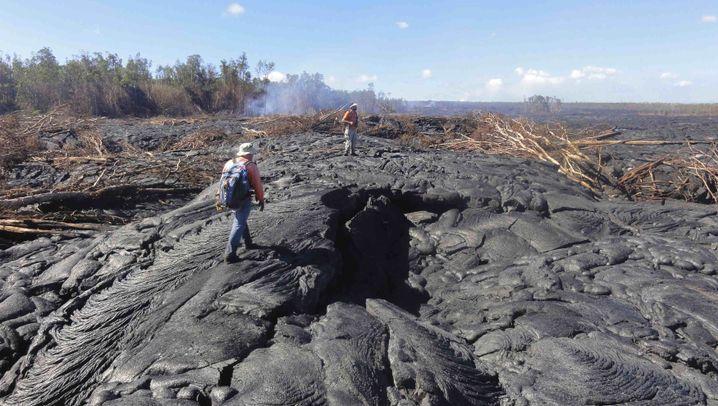 Unaufhaltsame Urgewalt: Lavastrom in der Landschaft