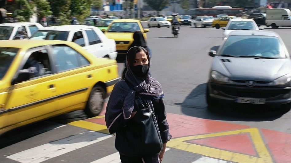 Passantin, Straßenverkehr in Teheraner Innenstadt: »Was sollen wir noch hoffen?«