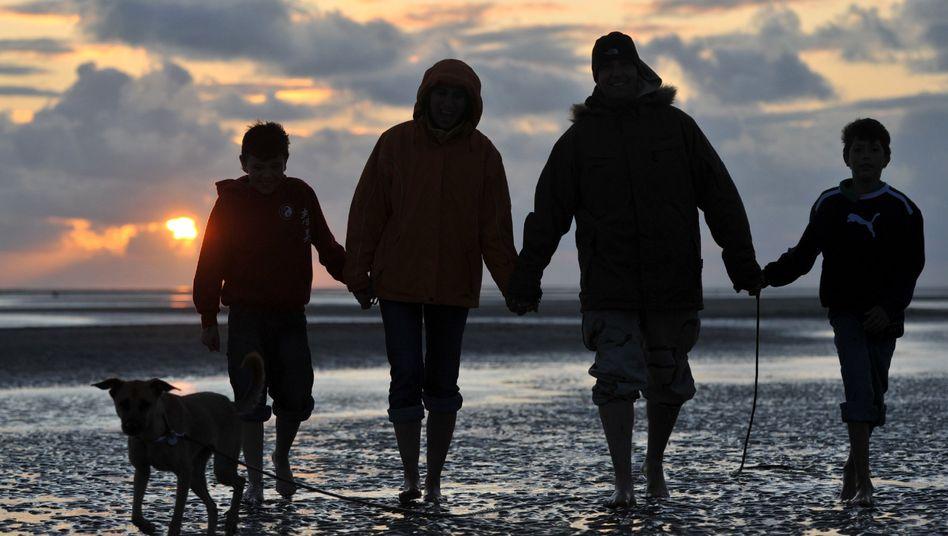 Familie am Strand: Mama ist immer mit den Jungs unterwegs, Papa hat heute mal frei