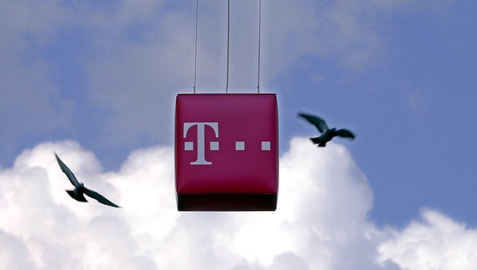 Telekom-Logo (bei einer Werbeaktion in Bukarest): Umstieg auf IP-Telefonie soll beschleunigt werden