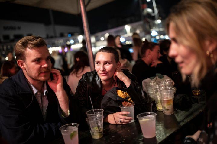 Sarah Soelver (Mitte) mit Freunden: »Ich weiß gar nicht, ob ich noch tanzen kann«