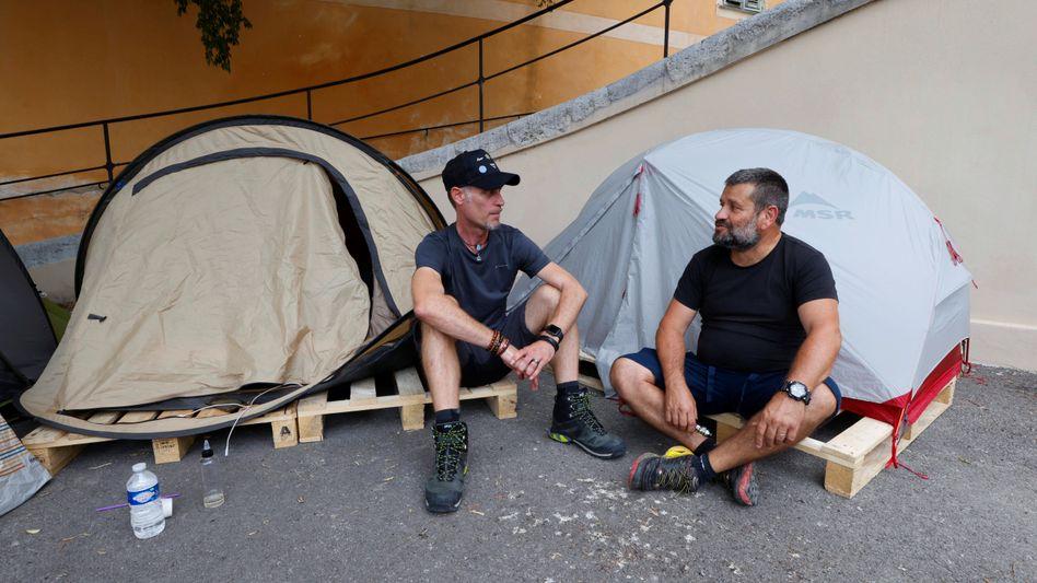 Suspendierte Angestellte sind vor einem Krankenhaus in Nizza in einen Hungerstreik getreten