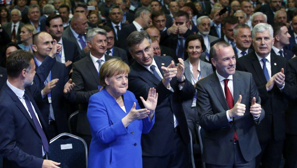 Angela Merkel mit Kroatiens Premier Andrej Plenkovic (M.) und Manfred Weber: Lob von der Kanzlerin