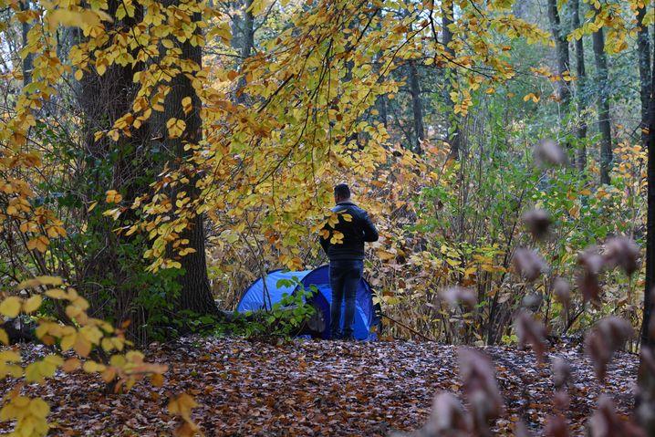 Wohnungsloser mit Zelt in Berliner Tiergarten