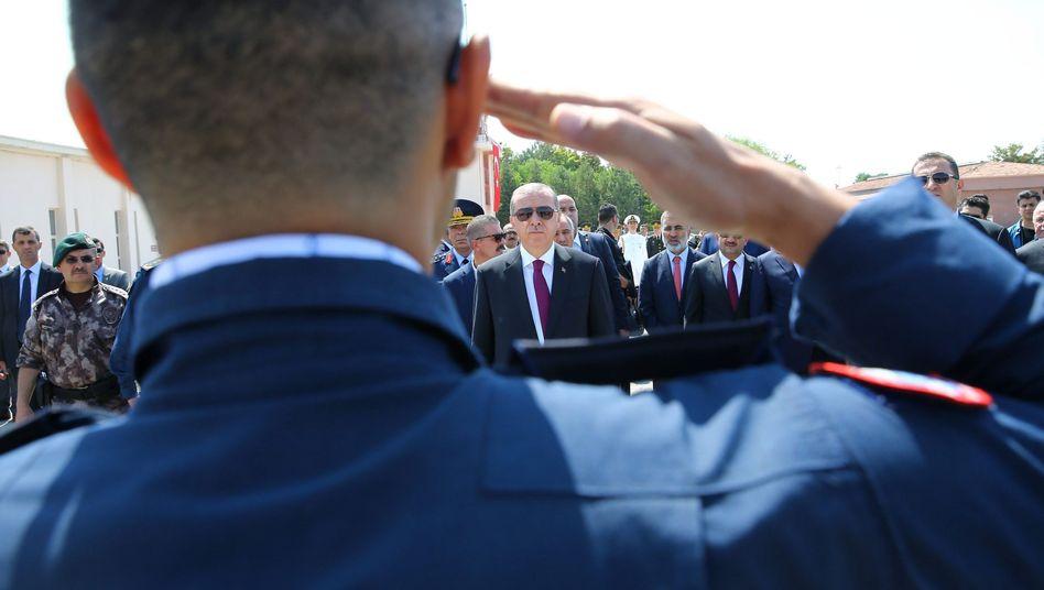 Erdogan und Soldaten in Ankara