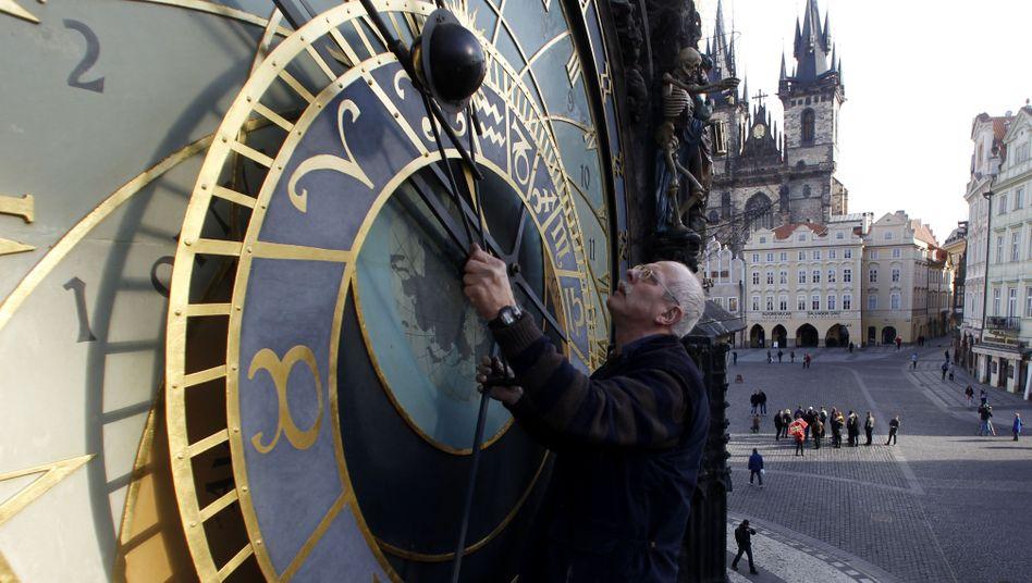 Wöchentliche Arbeiten an der Prager Rathausuhr: Jubiläum einer Touristenattraktion