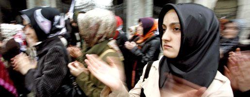 Demonstrierende Studentinnen in Istanbul: Streit ums Kopftuch