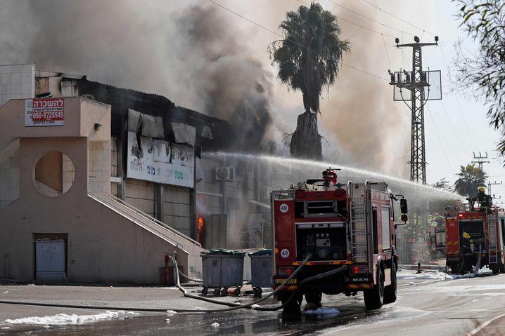 Israelische Feuerwehrmänner beim Einsatz in der Grenzstadt Sderot