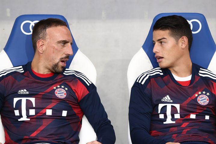 Franck Ribéry und James Rodríguez auf der Bayern-Bank