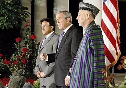 US President George W. Bush has long supported Pakistani President Pervez Musharraf. Afghan President Hamid Karzai (right) would like Musharraf to do more against the Taliban.