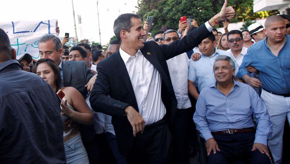 Juan Guaidó (M.) neben Ecuadors Präsident Lenin Moreno in Salinas
