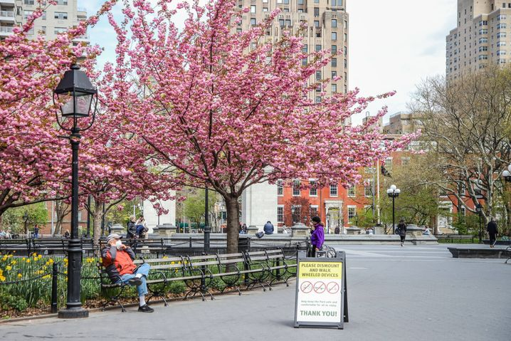 Im Washington Square Park in New York sind kaum Menschen unterwegs