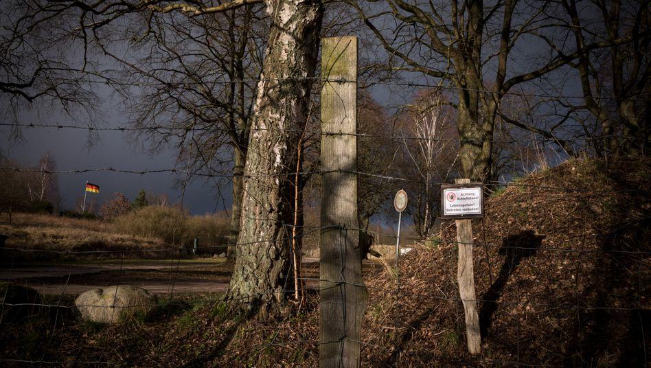 Stacheldraht und Deutschlandfahne: Der Güstrower Schießplatz, auf dem Baltic Shooters-Inhaber Frank T. seine Waffentrainings anbietet