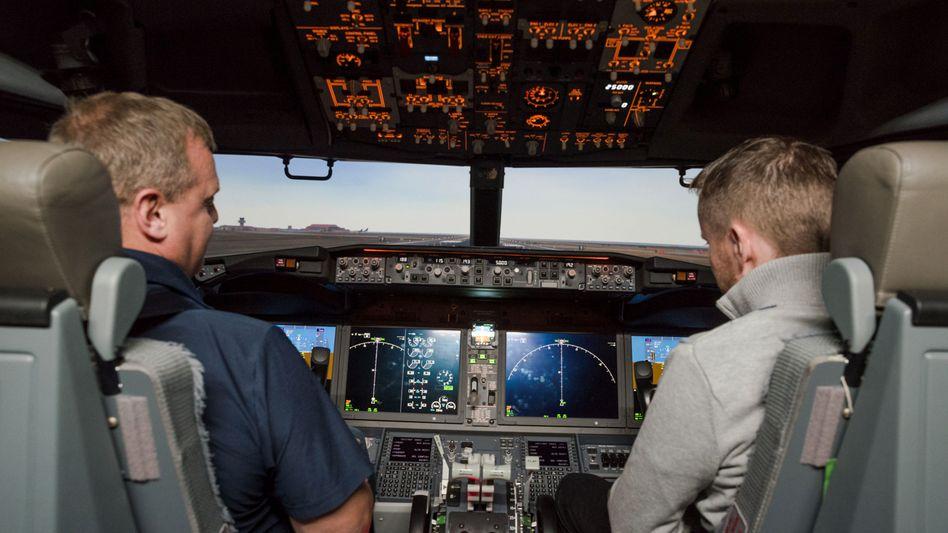 Piloten in einem Simulator: Boeing hatte zunächst geworben, dass für die 737 Max nur ein Computertraining nötig ist, doch das soll nun doch anders laufen