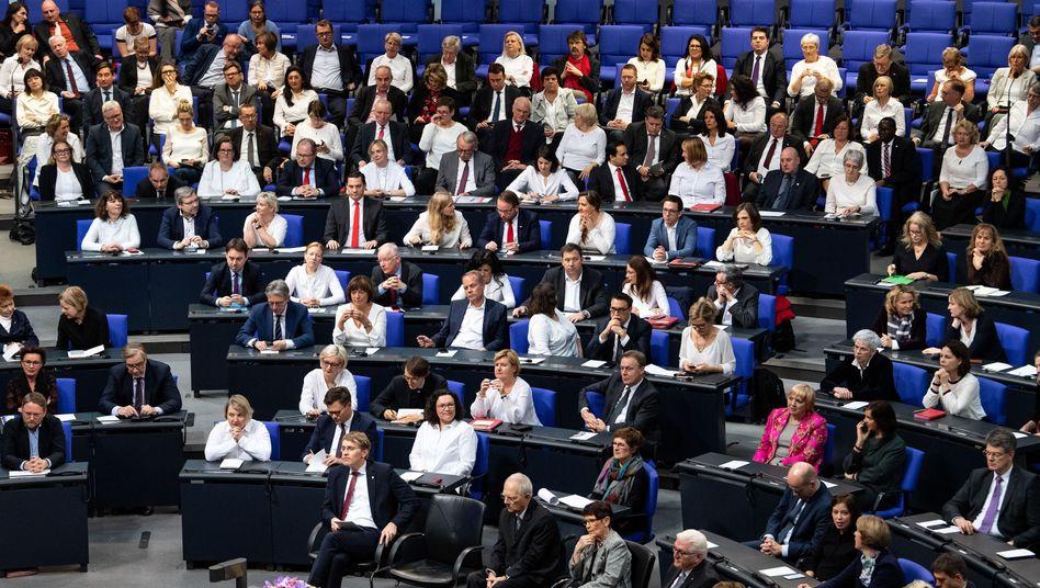 """Weiß trugen die Politikerinnen im Deutschen Bundestag zur Feier von 100 Jahren Frauenwahlrecht Anfang 2019: """"Das Ziel ist halbe-halbe"""""""