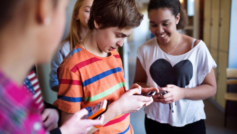 Schüler mit Smartphones (Archiv): Wir wischen, was wir nicht wissen
