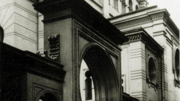 Wo in Magdeburg früher die Synagoge war (1925), ist heute eine Ladenzeile. (Fotos: Christian Noah/Unbekannt)