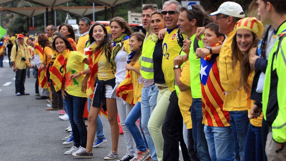 Autonomie-Demonstranten an der französisch-spanischen Grenze: Eine 400 Kilometer lange Menschenkette zog sich am 11. September 2013 durch Katalonien.