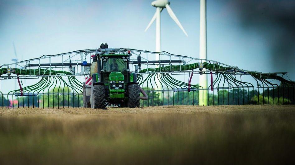 Traktor mit Gülleverteiler
