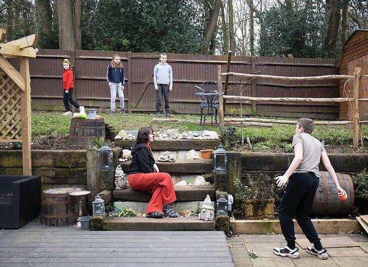 Lockdown-Leben: Die Marshs haben das Glück, einen Garten zu besitzen. Hier spielen die Geschwister Ball.